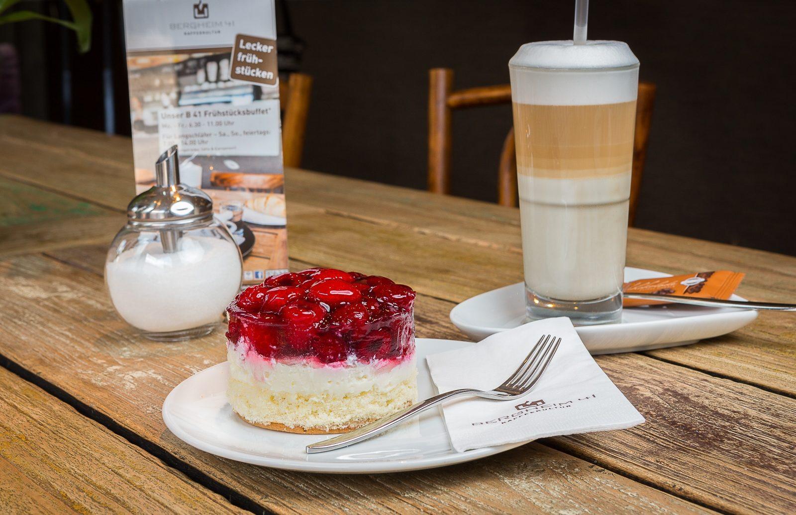Kuchen und Kaffee auf dem Tisch