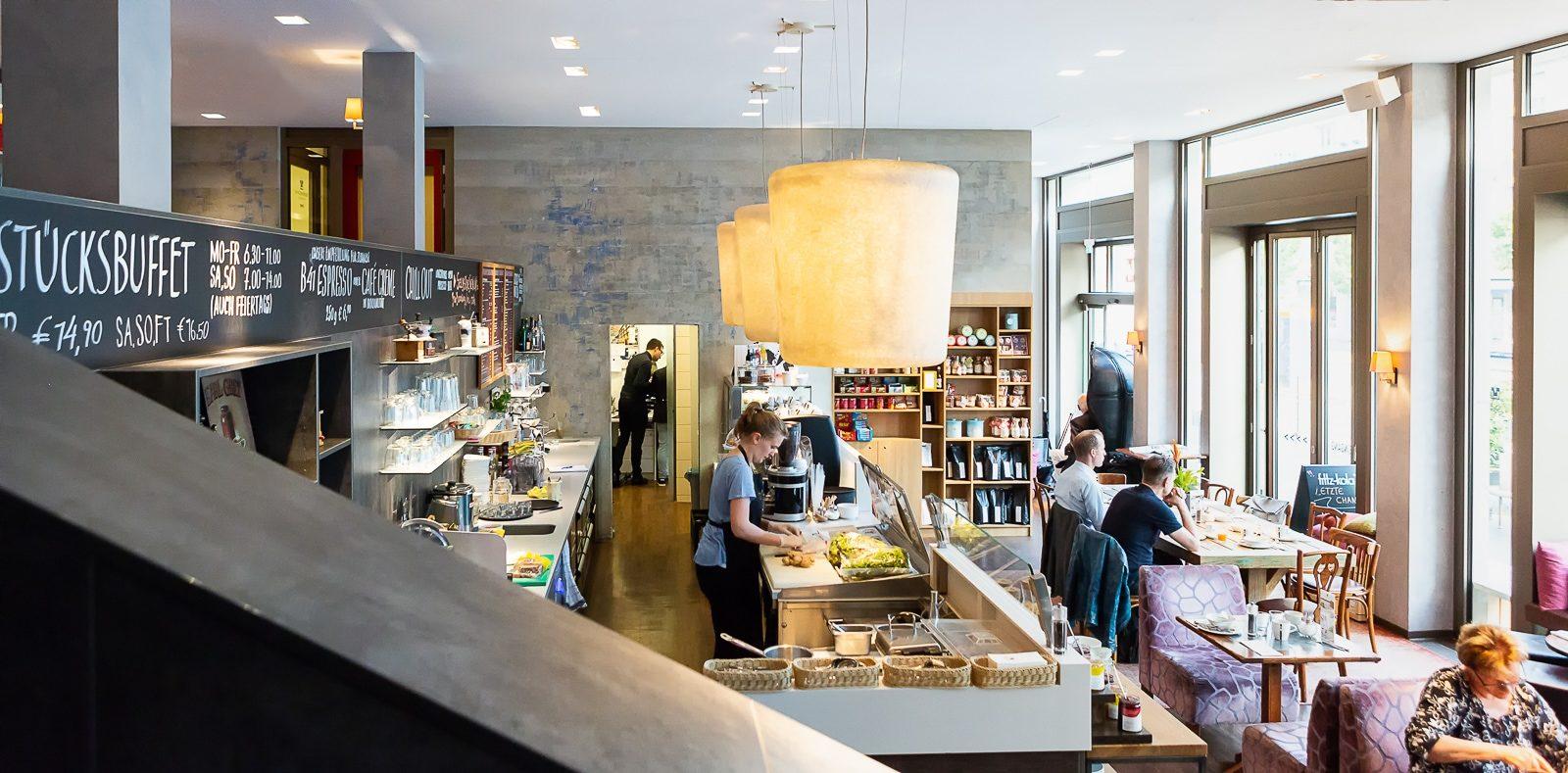 Gastraum der Kaffeekultur mit Theke und Menschen
