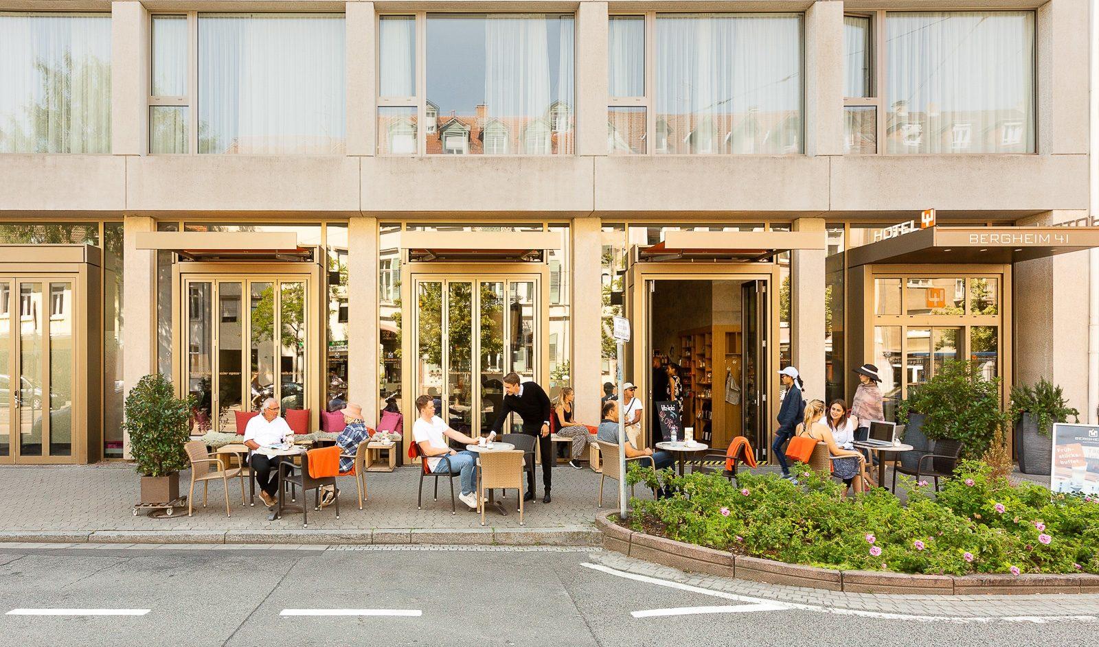 Außenbereich der Kaffeekultur mit Gästen