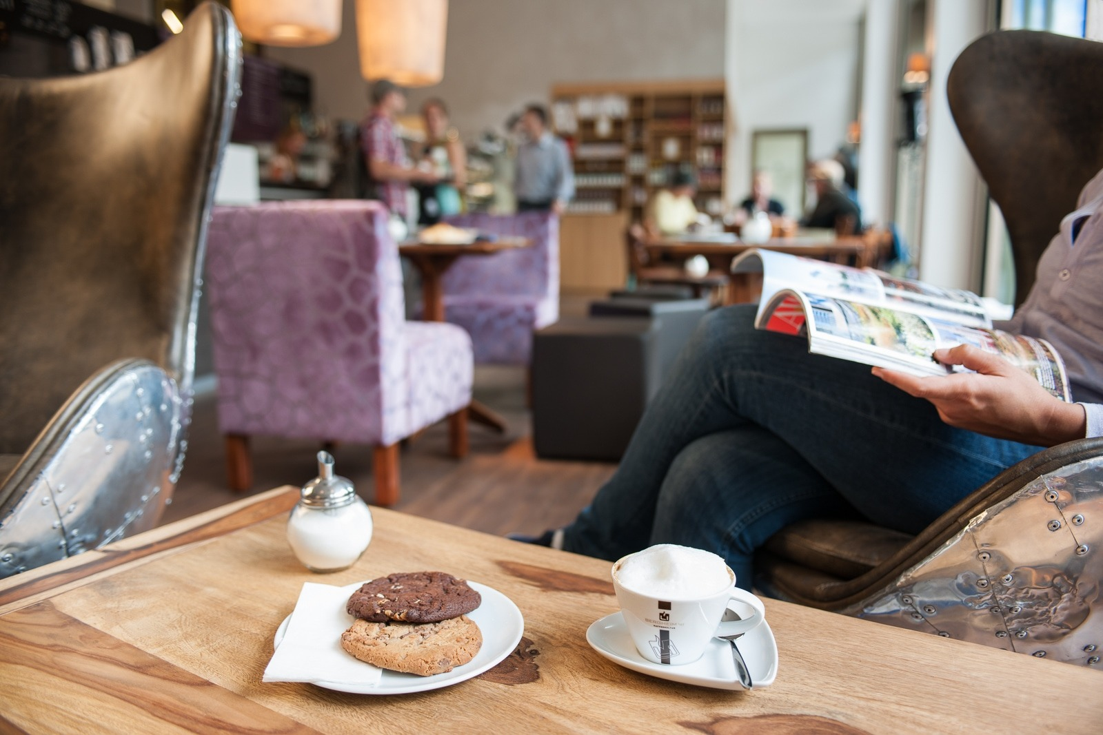 Kekse und Kaffee auf dem Tisch in der Kaffekultur